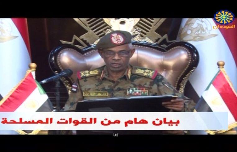 Minister van Defensie Ahmed Awad Ibn Auf maakt op tv bekend dat president Bashir is afgezet.  Beeld AFP