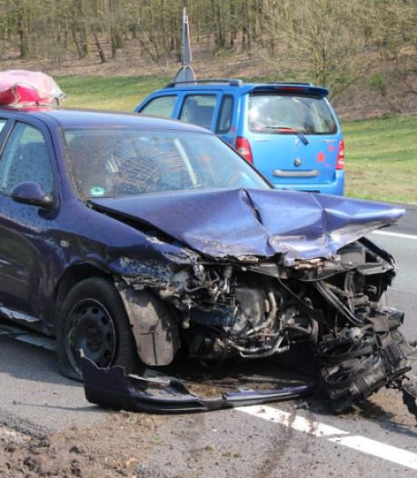Auto uit Duitsland raakt in de slip op A1 bij Lochem: twee gewonden