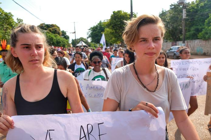 """Les militantes Adelaide Charlier et Anuna De Wever de la branche belge de """"Youth for Climate"""", en visite dans la forêt amazonienne, le 20 novembre 2019."""