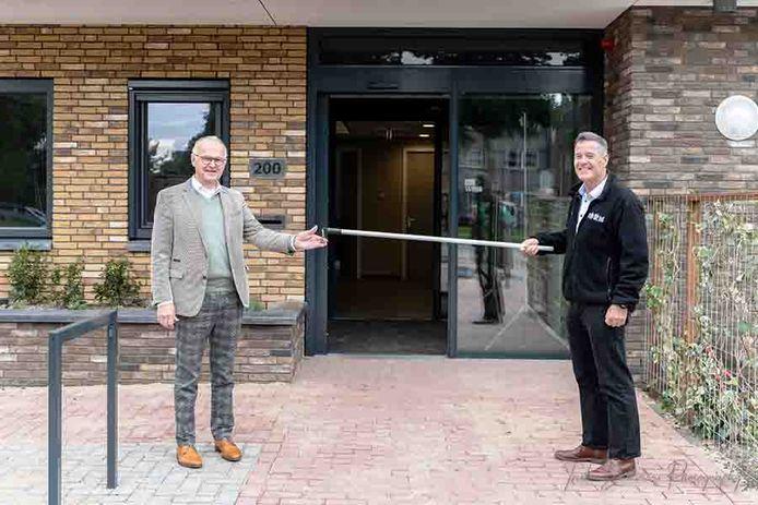 De overdracht van de sleutel van het nieuwe hospice in Papendrecht moest vanwege corona op 1,5 meter plaatsvinden.