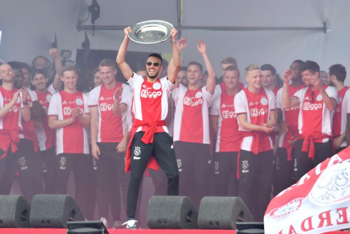 Noussair Mazraoui met de kampioensschaal bij de huldiging op het Museumplein voor 100.000 fans.