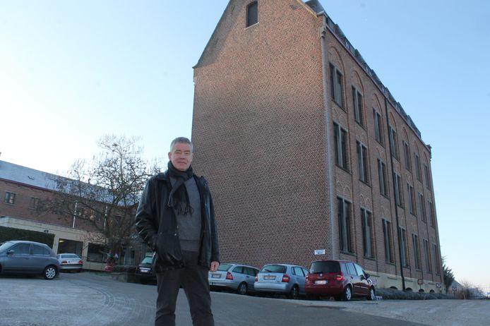 Directeur Mark Hautekiet bij het iconische bruine gebouw aan Mater Dei.