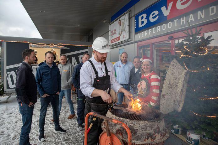 Culinair entertainer Henk van Keulen verzorgt een barbecue met gereedschap.