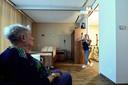 Verpleegkundige Milou Quist met tillift bij bewoonster Carla Verbeek op de kamer.