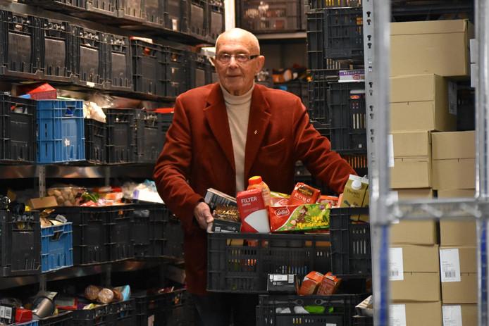 Engel Sinke sjouwt met kratten voor de Voedselbank.