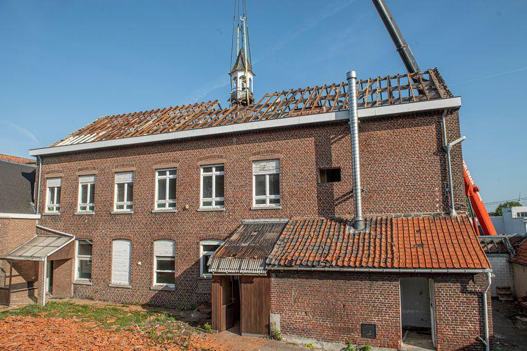 Het klokkentorentje bevind zich op het klooster, de afbraakwerken hiervan zijn al volop bezig.