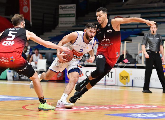 Domien Loubry probeert zich een weg te banen tussen twee spelers van Charleroi.