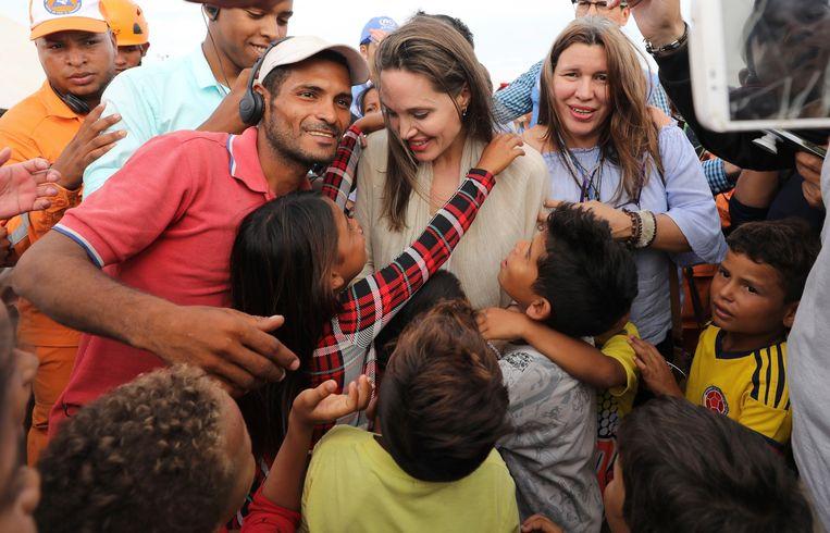 Angelina Jolie ontmoet een groep Venezolaanse migranten in het VN-vluchtelingenkamp in Maicao, Colombia, aan de grens met Venezuela.