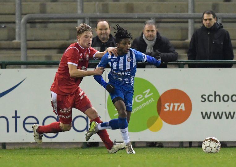 Ato Morgan (r., Geel) probeert Jorne Lauryssen van zich af te schudden.