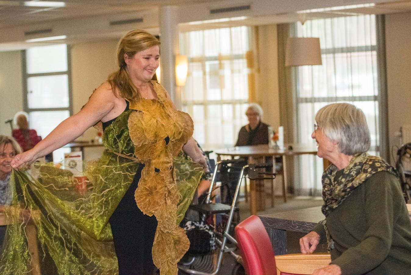 De wonderlijke creaties van Agnes van Dijk worden zeer op prijs gesteld door de bewoners van verzorgingshuis De Wilgenhof.
