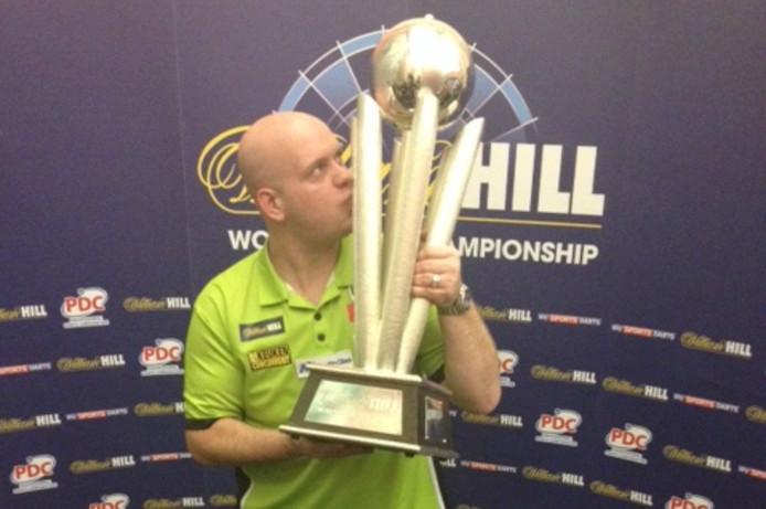 Van Gerwen na afloop van de WK-finale met zijn gewonnen trofee.