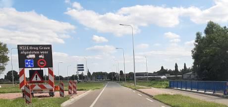Maasbrug bij Grave niet veilig genoeg, zware vrachtwagens, bussen en landbouwverkeer moeten zeker half jaar omrijden