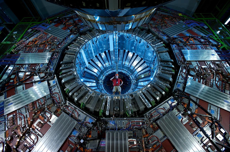 Een onderzoeker staat bij de Compact Muon Solenoid-detector, onderdeel van LHC. Beeld Fons Rademakers / ANP