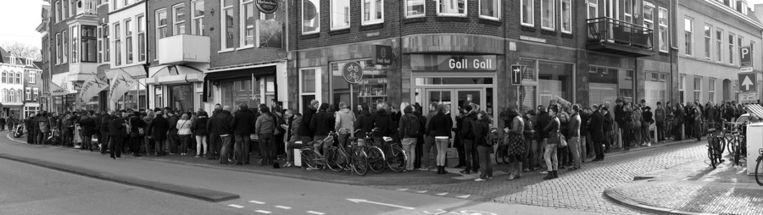 De enorme rij mensen bij Plato in Utrecht. Beeld HetFotoAtelier/Peter Rothengatter