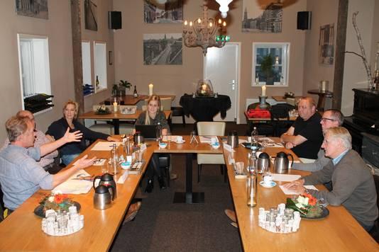 Het panel in Zundert in gesprek. v.l.n.r. Peter Dictus, David Bömer, Lina Jongeneelen, Nicole Roelands (BN DeStem), René Bastiaansen, Christ-Jan van Bedaf en Willem Froeling