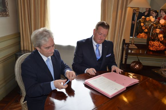 Bij het ondertekenen van zijn geloofsbrieven nam Bauwens even de tijd om een eerbetoon te brengen aan zijn voorganger Michel Du Tré.