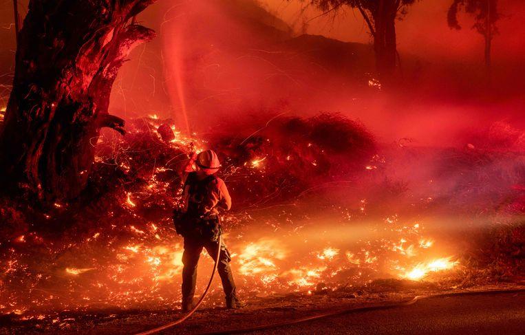 Een brandweerman bestrijdt het Maria-vuur in Santa Paula, Californië.