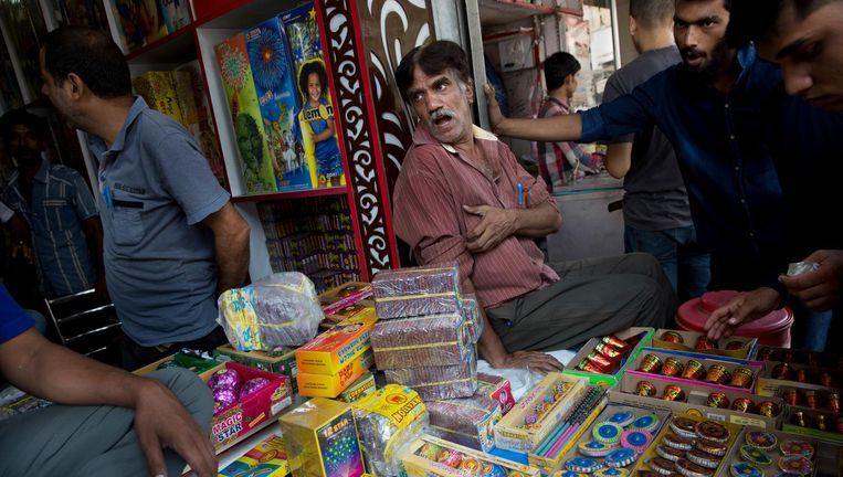 Vanwege smog is de verkoop van vuurwerk in Delhi voorlopig verboden. Kolencentrales en steenfabrieken liggen stil. Beeld AP