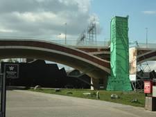 Glazen lift bij nieuwe brug wordt tijdelijk een klassieke zuil