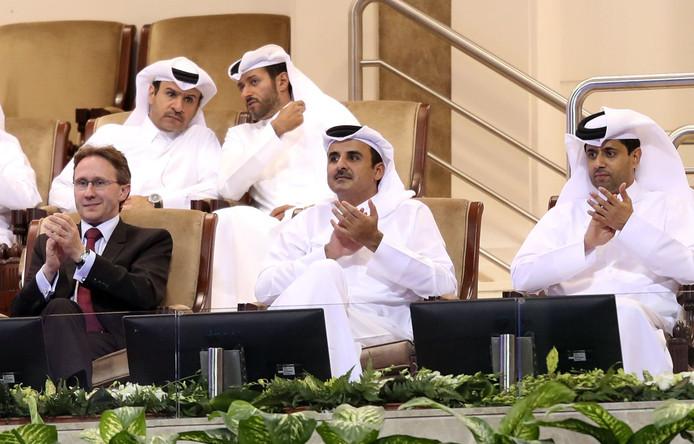 Leden van de Al-Thani-familie op de tribune bij een tennistoernooi in Qatar.