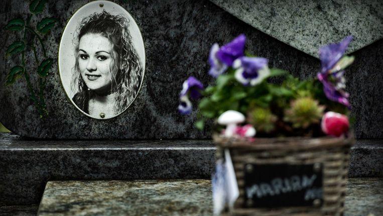 Bloemen bij het graf van Marianne Beeld null