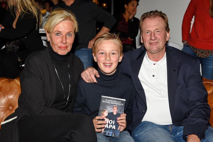 Michel Boerebach met partner Angela en zoon Lyns bij de presentatie van 'Hoi Papa'.