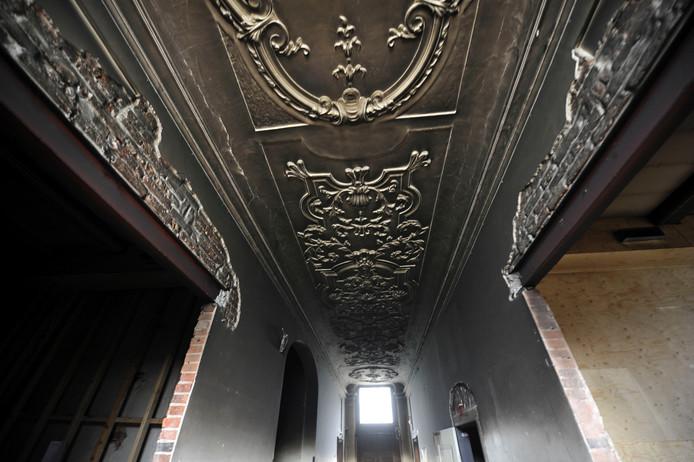 Het onlangs gerestaureerde Lodewijk IV-plafond in de hal is volkomen zwartgeblakerd. Foto: Carlo ter Ellen