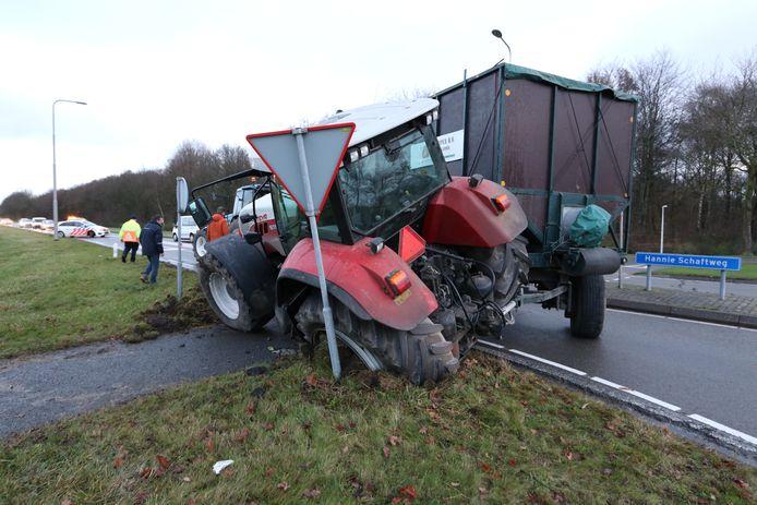 Het verkeer bij de rotonde moest worden omgeleid door het ongeluk met de trekker.