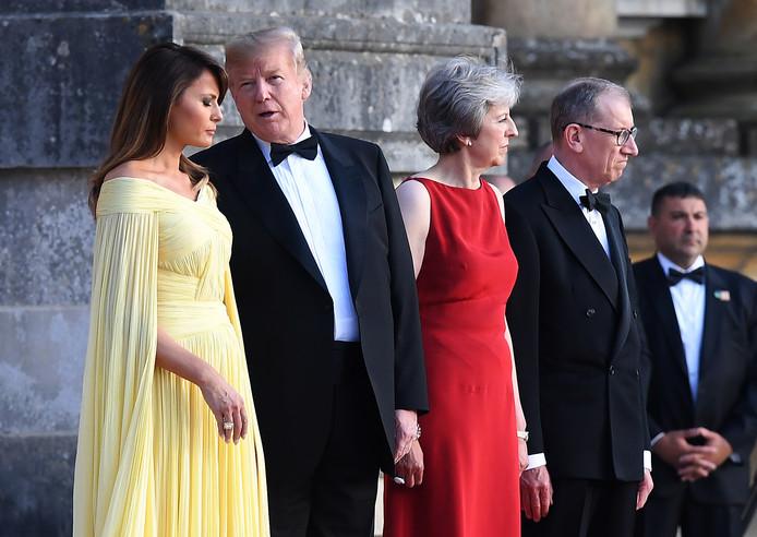Amerika's First Lady Melania Trump, president Donald Trump en de Britse premier Theresa May en haar echtgenoot Philip tijdens de welkomstceremonie op Blenheim Palace.