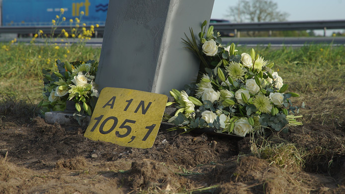 Bloemen langs de A1 bij Deventer op de plek waar in de ochtend vier jonge mannen om het leven kwamen bij een verkeersongeval.