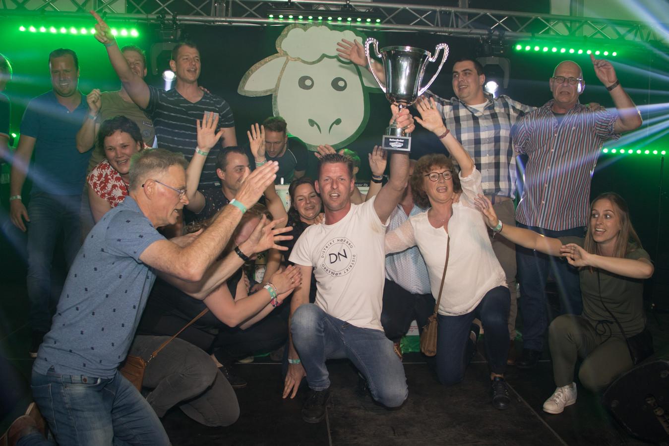 Het winnende team 'Vrienden van de jury' vieren een feestje op het podium op de klanken van We are the champions.