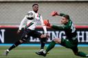 NEC-aanvaller Jonathan Okita schiet voorlangs tegen MVV, de laatste wedstrijd van de competitie (1-1).