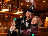 Michel en Ilse zwaaien scepter tijdens carnaval in Bornerbroek