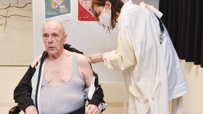 """Henri (81) krijgt als eerste in Oudenaarde een coronavaccin: """"Niet twijfelen, mensen: het is belangrijk dat iederéén dit doet"""""""