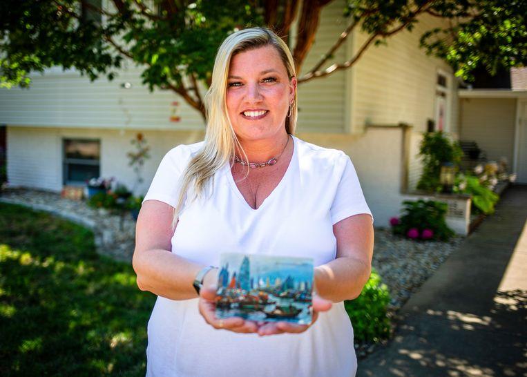 Kim Draper met het kaartje in haar handen, dat exact 26 jaar nadat het op de post gedaan werd, bij haar thuis werd bezorgd.