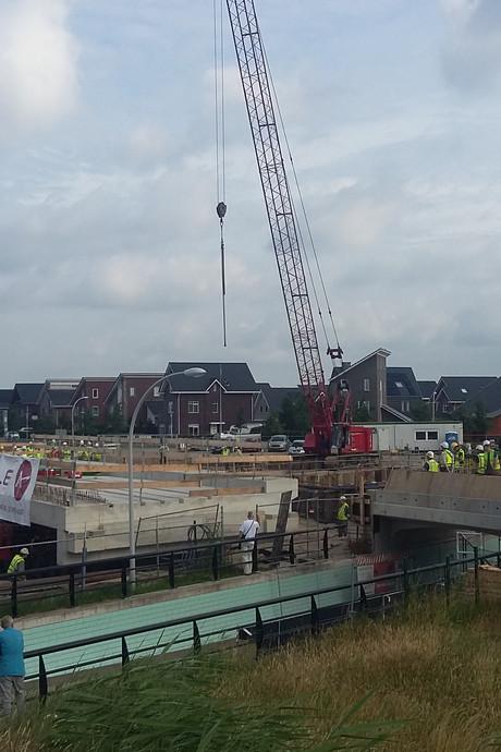Supertrailer rijdt tunnel station Stadshagen op zijn plek