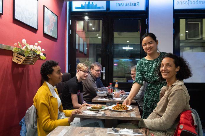 Mariny Chhen serveert een gerecht uit in restaurant Soksabbay.