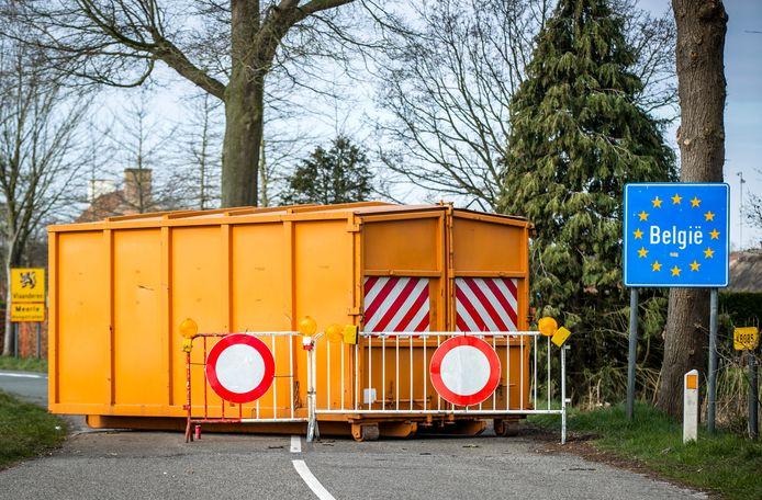 Een afgesloten grensovergang tussen het Nederlandse Grazen en het Belgische Meerle.