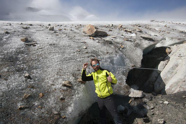Meten in het Maltatal. 'Er komt grond tevoorschijn die vierduizend jaar met ijs bedekt is geweest.' Beeld Ernst Arbouw