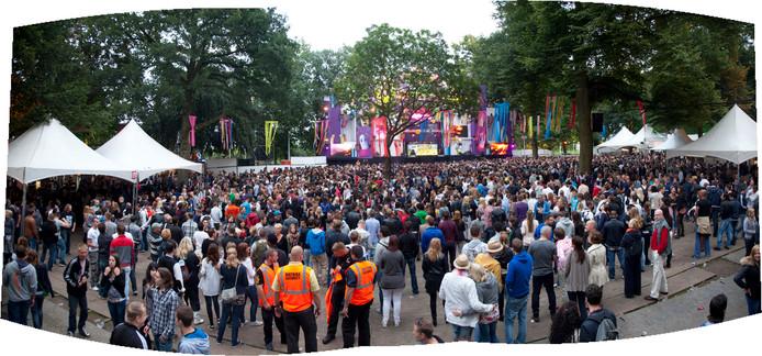 Bij de entree van het Hunnerpark komen hennepmatter te liggen om beschadiging bij de Vierdaagsefeesten.