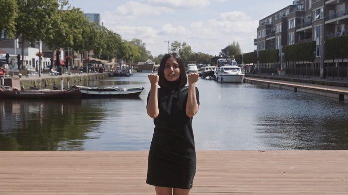 Beeld uit de instructievideo voor De Dansjacht. Op de foto: choreograaf Nikita Maheshwary uit Tilburg.
