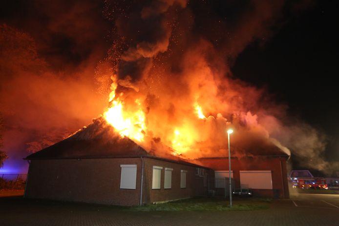 Een grote uitslaande brand in Sint-Michielsgestel zondagavond.