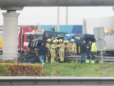 Vrachtwagen gekanteld bij rotonde in Naaldwijk