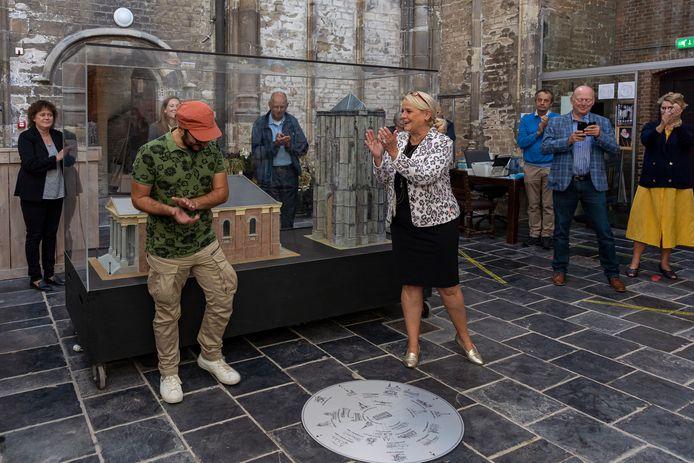 Kianoosh Gerami (met de oranje pet) is de ontwerper van het kunstwerk in de Dikke Toren. Wethouder Jacqueline van Burg applaudisseert.