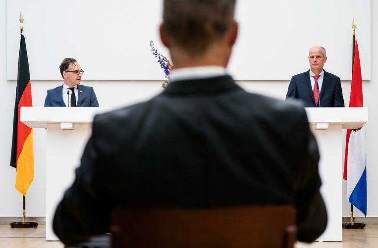 Minister Stef Blok (Buitenlandse Zaken) en zijn Duitse collega Heiko Maas tijdens een persconferentie. De ministers spreken samen onder meer over de ontwikkelingen rondom het coronavirus.  Beeld ANP