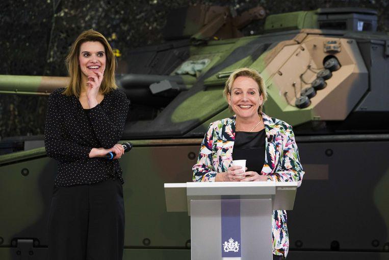 Minister van Defensie Ank Bijleveld (rechts) en staatssecretaris Barbara Visser bij een eerder gezamenlijk optreden. Beeld ANP