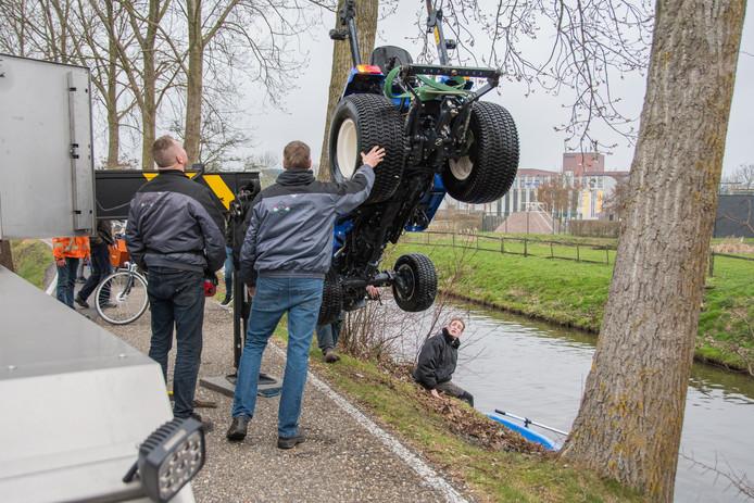 Trekker raakt van weg in Woerden en rijdt Kromwijker Wetering in
