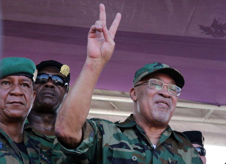 President Desi Bouterse sprak woensdag na zijn bezoek aan de krijgsraad zijn verzamelde aanhang toe. Beeld REUTERS