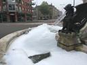De Drakenfontein in Den Bosch zorgde vanochtend voor een boel schuim en frisse geur.