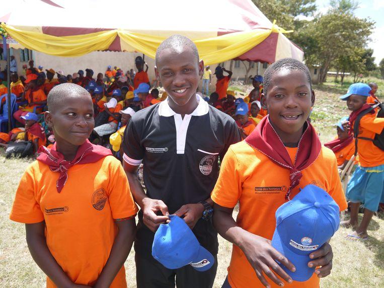 Mbusiro Mwita Marwa met zijn zusjes Bibiana (links) en Maseke (rechts).    Beeld Ilona Eveleens